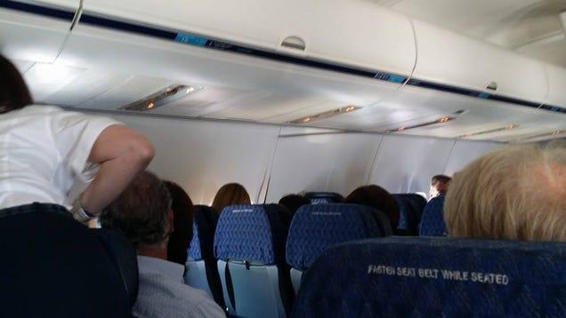 Un Boeing aterriza de emergencia tras romperse las paredes del avión