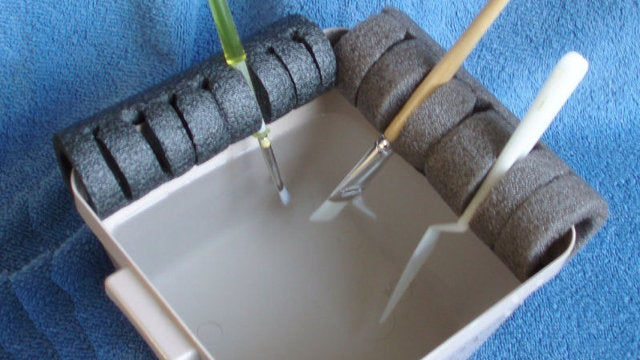 DIY Paint Brush Holder Keeps Brushes Properly Wet or Dry