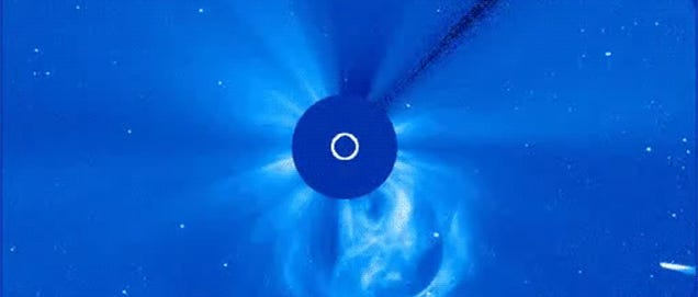 Cool video shows comet ISON surviving its encounter with the Sun
