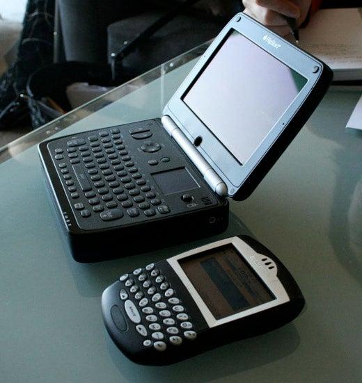 Sizemodo: Vulcan FlipStart vs. a BlackBerry