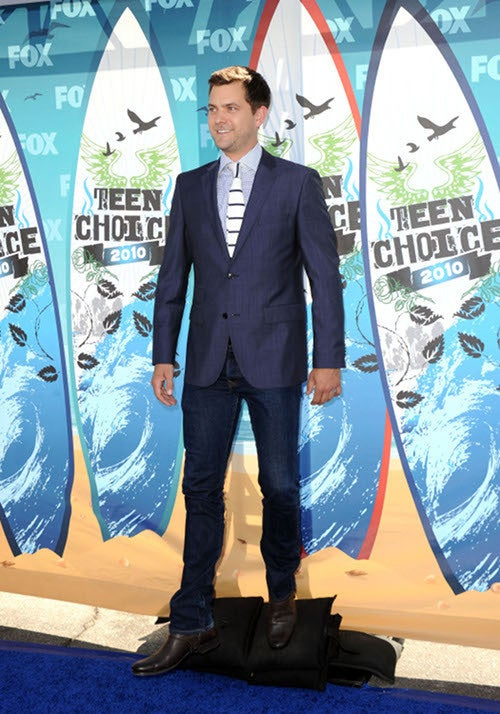 Levi Mingles With The Pretty Little Ladies At Teen Choice Awards