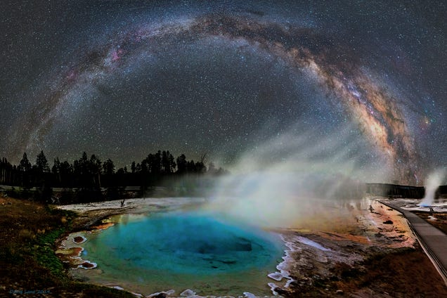 Amazing photo of the Milky Way over Yellowstone's alien hot springs
