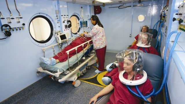 How to use a hyperbaric chamber to treat flesh eating bacteria