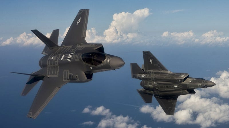 The Only Thing Keeping the F-35 Lightning Relevant Is the F-22 Raptor