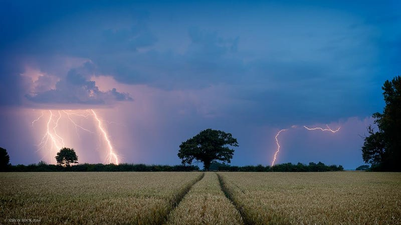 Photographer captures amazing moment lightning strikes an English field