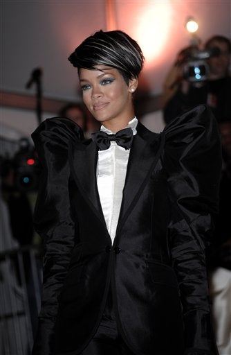 "Rihanna May Get Glossy; Kiefer Sutherland ""Was Really Drunk"""
