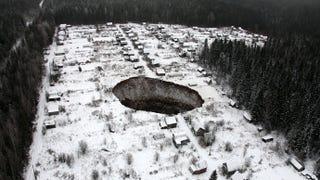 Un nuevo agujero amenaza con tragarse un pequeño pueblo en Rusia