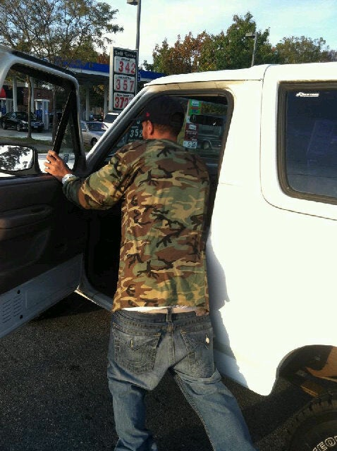 Breaking: Delonte West Is Currently Pushing His Broken-Down Ford Bronco To The Gas Station
