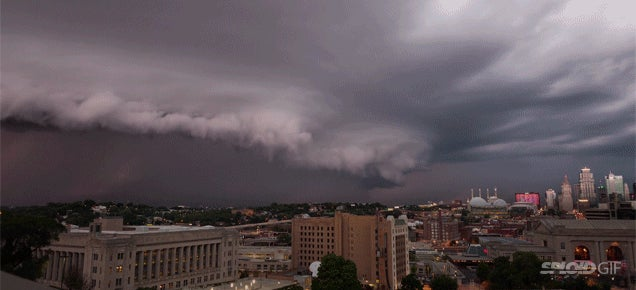 Watch this terrifying rolling cloud overtake a city in this time lapse