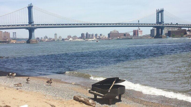 Piano mysteriously washes ashore under NYC's Brooklyn Bridge