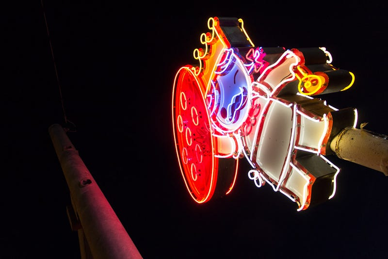 19 Dazzling Photos Of Neon Signs