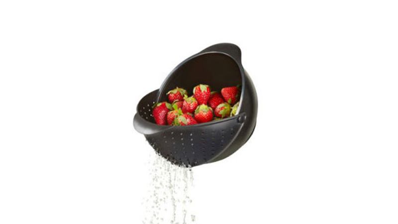 This Rinsing Bowl Cleverly Includes a Colander