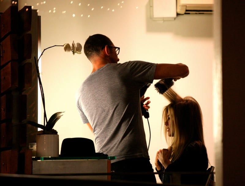 An Intimate Moment Between Jennifer Aniston & Her Hairdresser
