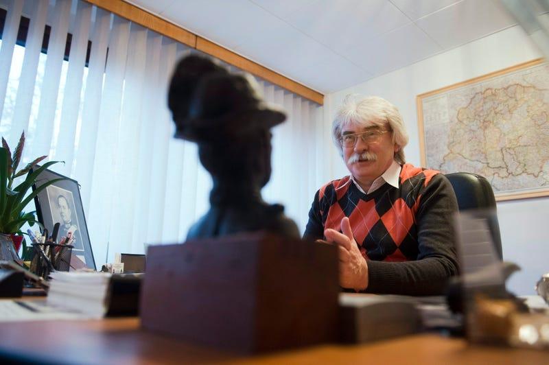 Tényleg Gömbös Gyula képét tartja az asztalán a kormány történészintézetének vezetője? (Updatelve)