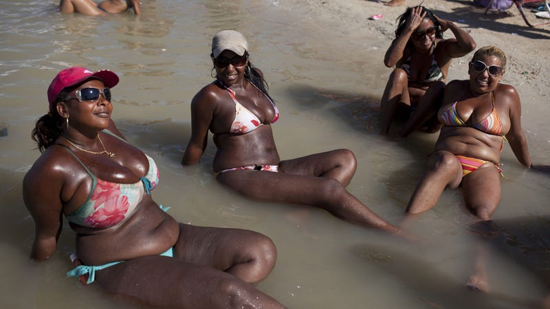 Brazil's Plus-Size Bikini Enthusiasts Make Waves