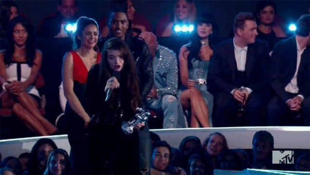 Elderly Pop Star Delivers Bumbling Acceptance Speech