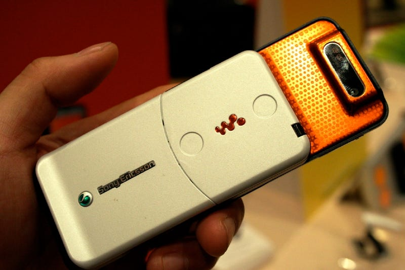 Love at First Grope: Sony Ericsson's W580 is All Glowy and Beautiful