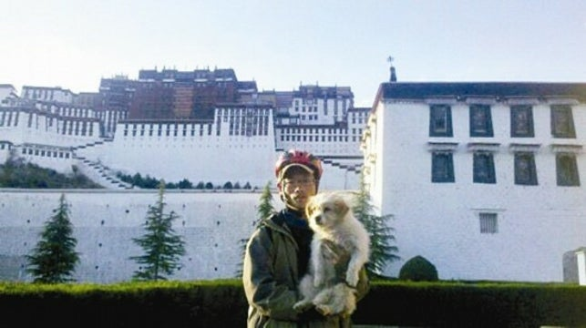 Stray Dog Follows Chinese Cyclists on 1,100 Mile Trek Across Tibet