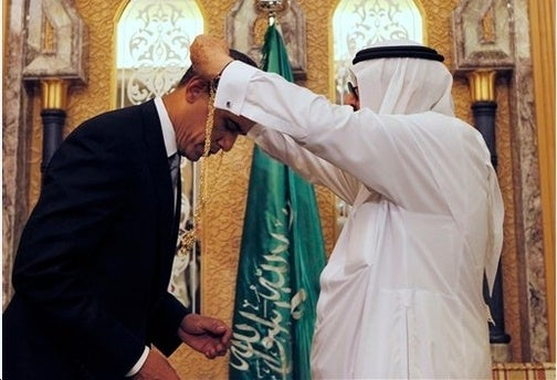 Hussein Obama Bows to Receive Gangster Chain From His Muslim Master