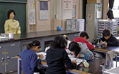 Japanese Elementary School Kids Now Being Taught by Saya the Robot
