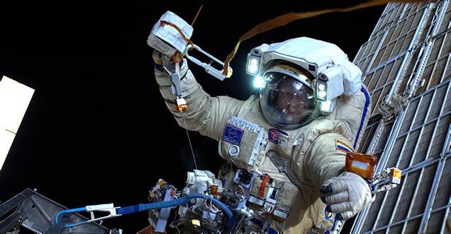 Así despliega un astronauta un nanosatélite en el espacio