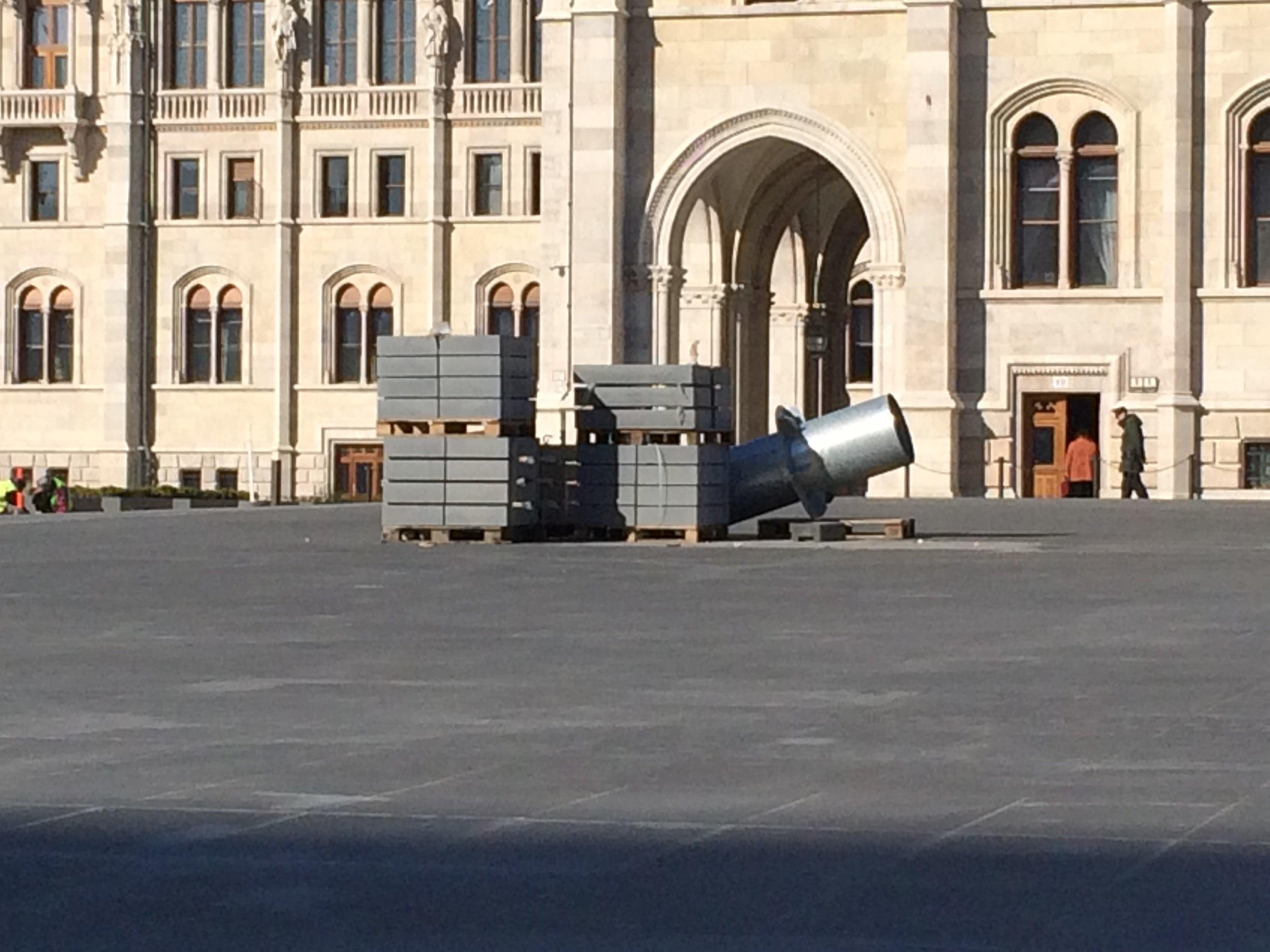 Szerinted mi ez a bizarr dolog a Kossuth tér közepén?