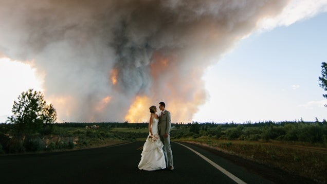 A nyár dilije a természeti katasztrófában lőtt esküvői fotó