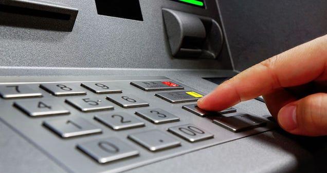 Dos niños hackean un cajero automático leyendo su manual en Internet