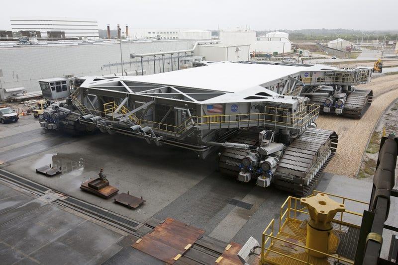 """La masiva plataforma de lanzamiento CT-2 de la NASA estrena """"zapatos"""""""