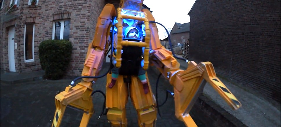 Kick ass dad made a giant Aliens power loader costume for his baby