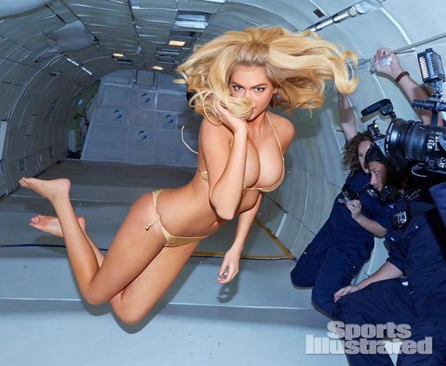 Zéró gravitációban labdázott a szupermodell