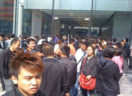 iPhone 4 Scalpers Force Beijing Apple Store to Close
