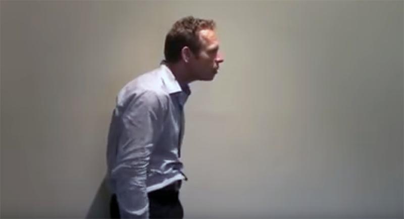 Cómo corregir esa terrible postura frente al PC con tres sencillos ejercicios