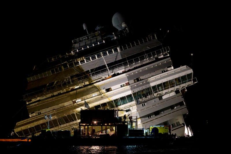 El gigantesco buque Costa Concordia, reflotado con éxito