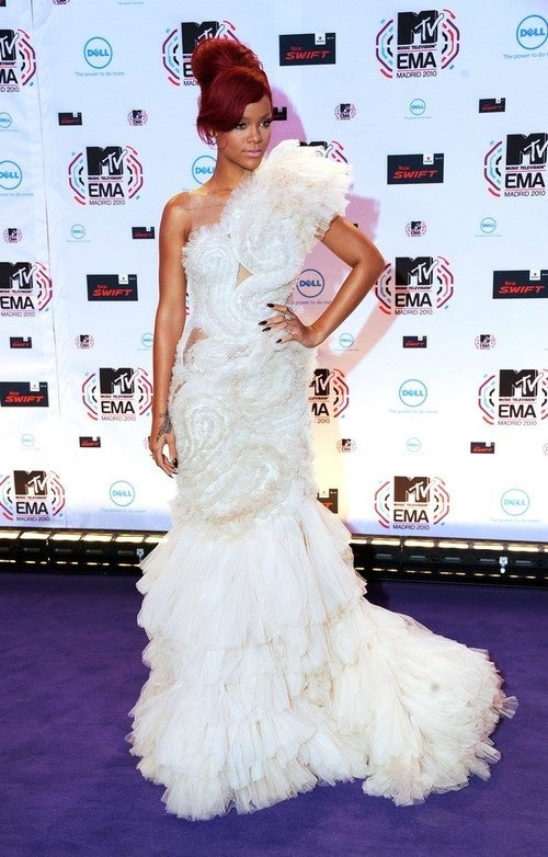 Rihanna Loses Fight With Shredded Roll Of Paper Towels Immediately Before EMA's