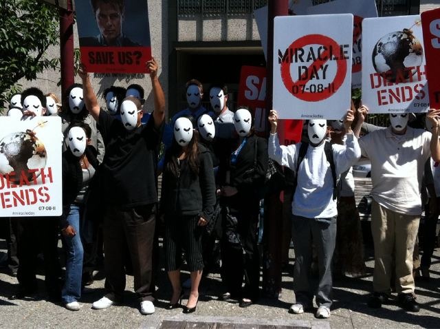 """Report: Masked Beings Hold """"Strange Marches"""" Across US, Distribute Black Globes"""