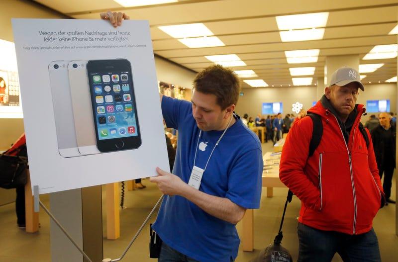 Los nuevos iPhone salen a la venta en 11 países (el 5S, agotado)