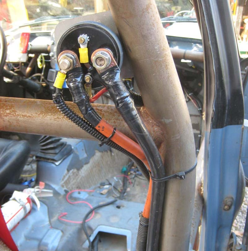 Junked BMW E30s Provide Cheap, Easy Way To Trunk-Mount Your Battery
