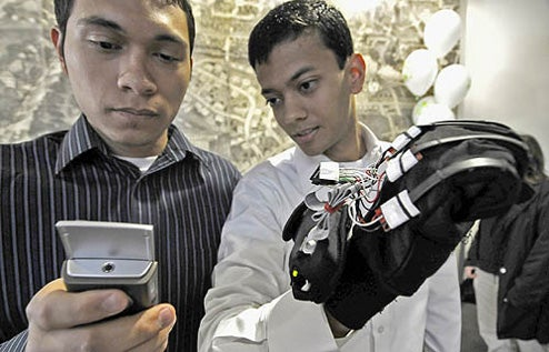 HandTalk Glove Turns Sign Language Into Words via Cellphone