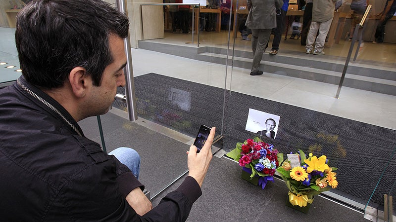 Crowds Flock to Apple Stores to Pay Respect to Steve Jobs