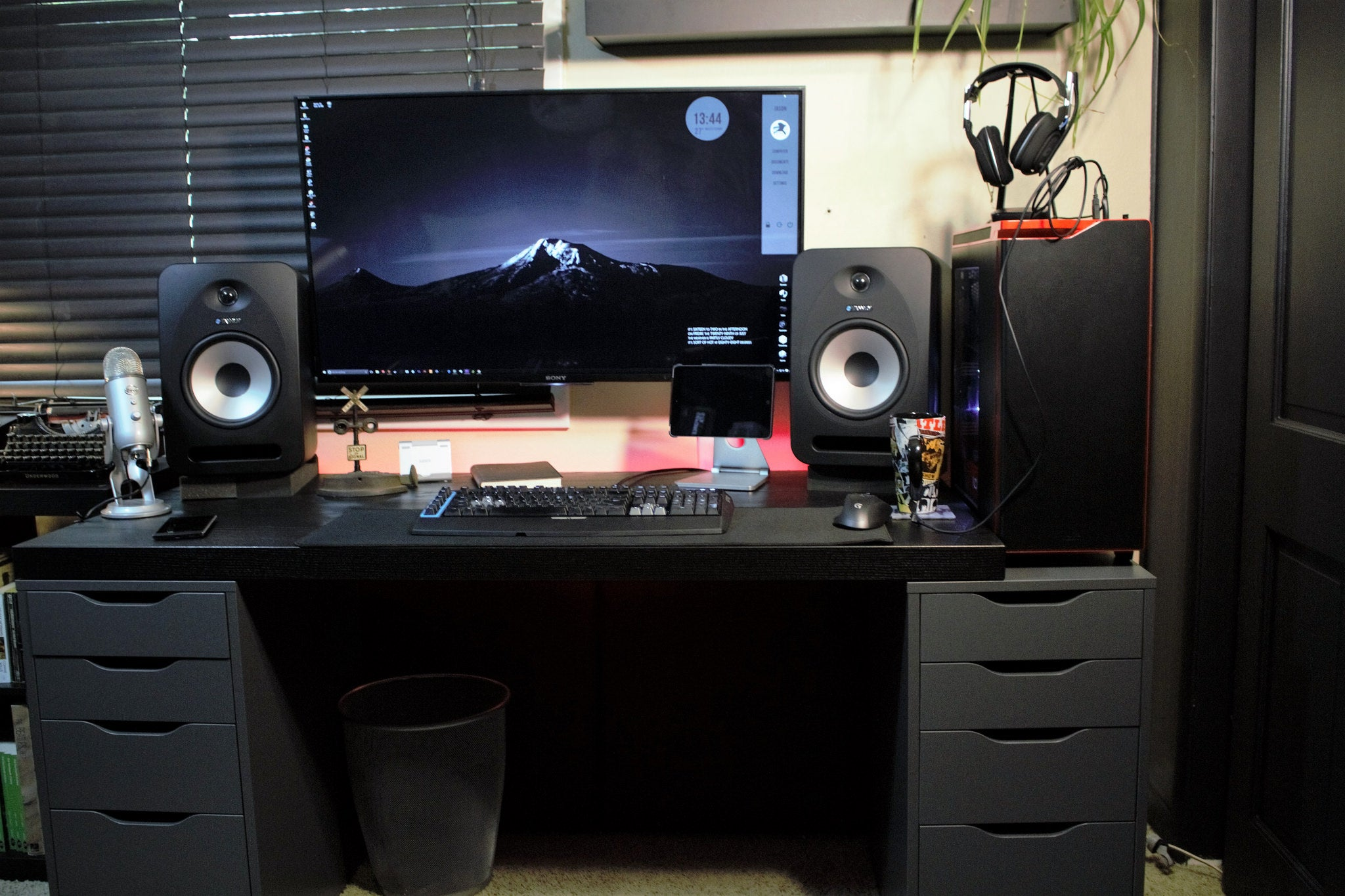 battlestation computer-setups desk featured-workspace home-office workspace workspaces