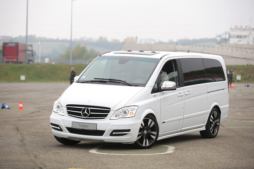The mercedes benz v class is a luxury minivan you might for Minivan mercedes benz