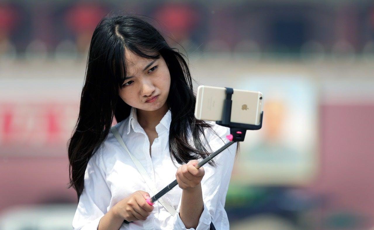 disneyland and walt disney world officially ban selfie sticks gizmodo austr. Black Bedroom Furniture Sets. Home Design Ideas