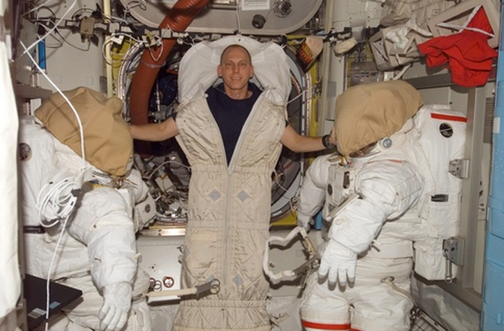 where does astronauts sleep - photo #5