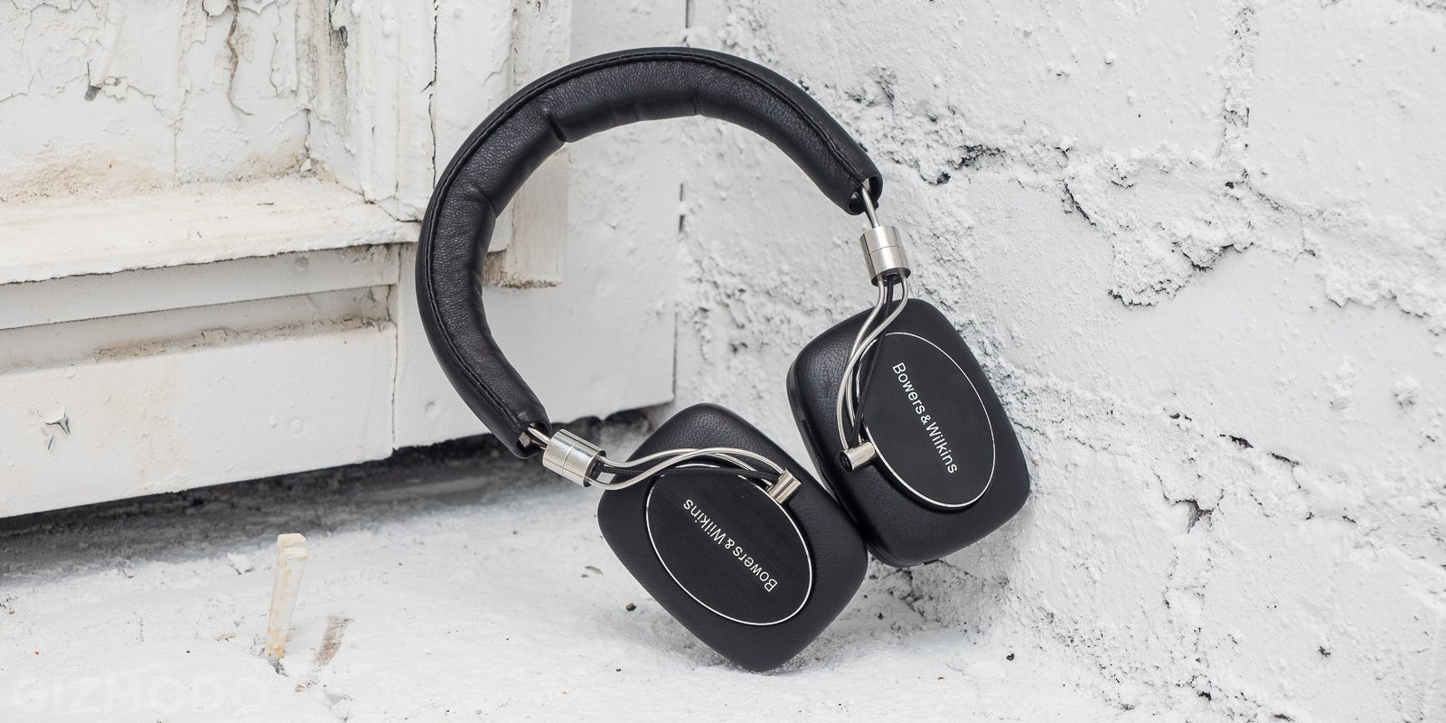 Bowers & Wilkins' First Wireless Headphones Are Brilliant -- Except for One Thing