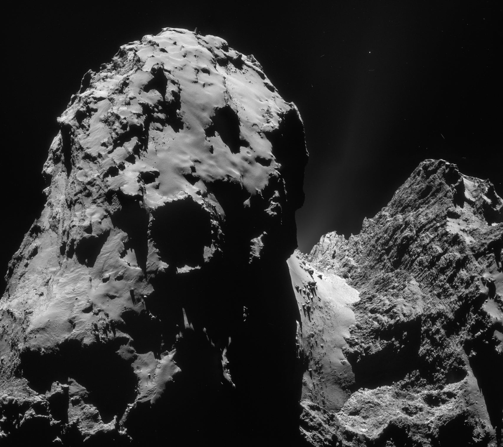 New incredible photo reveals titanic cliffs in Rosetta's comet