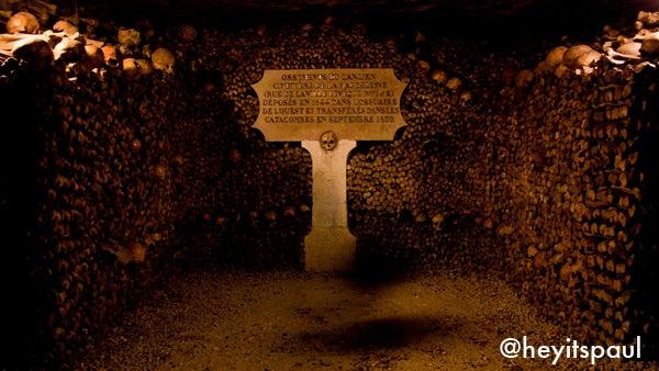 Jalan yang terletak di terowongan tersebut