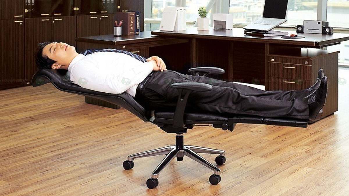 Admirable Turn Your Office Chair Into An Office Bed In Seconds Gmtry Best Dining Table And Chair Ideas Images Gmtryco