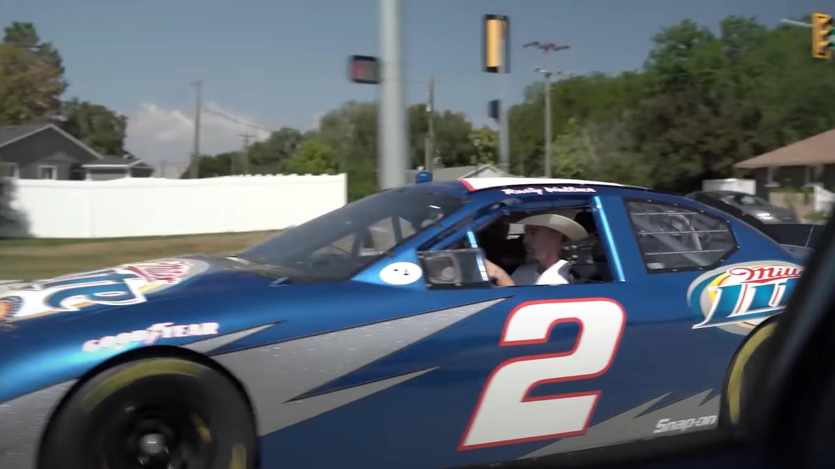 Wie es ist, mit einem Serienauto durch einen Drive-Through zu fahren€