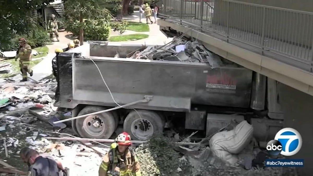 Zwei Verletzte, ein Toter: Muldenkipper rast in ein Wohnhaus